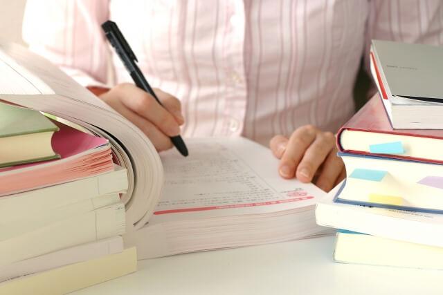 参考書で勉強をしている様子