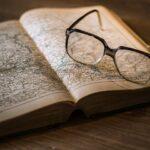 本とメガネの画像
