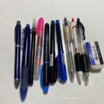 たくさんある文房具(ボールペンや蛍光ペン)